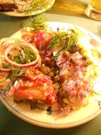 Smørrebrød con aringa marinata con salsa curry e salsa al pomodoro