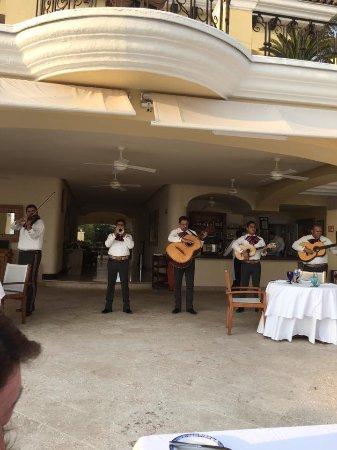 Casa Velas: Mariachis at beach club!