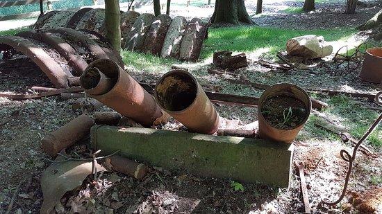 Kasteelhof 't  Hooghe : WW1 Remnants in the gardens