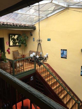 Hostal Mallqui: En contrebas le hall, escalier donnant accès aux chambres.