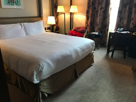 Westbury Mayfair: The room with lovely king size bed