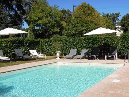 Chateau De Verrieres: L'eau émeraude de la piscine extérieure chauffée
