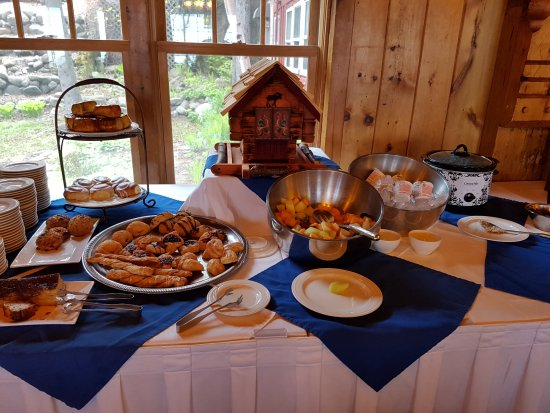 Lutsen, MN: Continental breakfast buffet, with pastries but NO real bread!