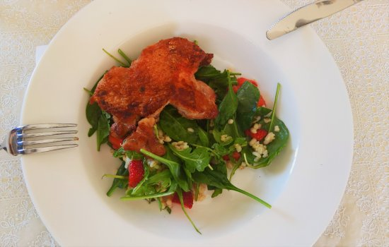 Veszprem County, Hungría: drumstick fillet with salad and strawberry