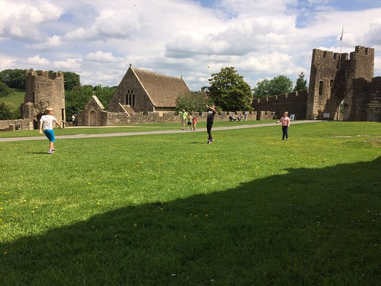 Farleigh Hungerford Castle: Post-picnic piggy-in-the-middle.