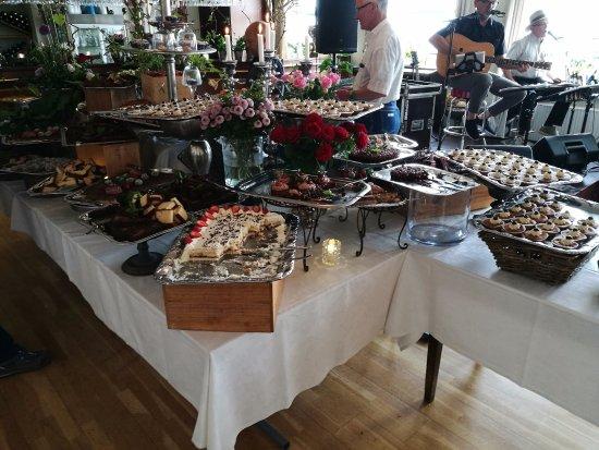 Loegstoer, Danmark: Det overdådige kagebord.