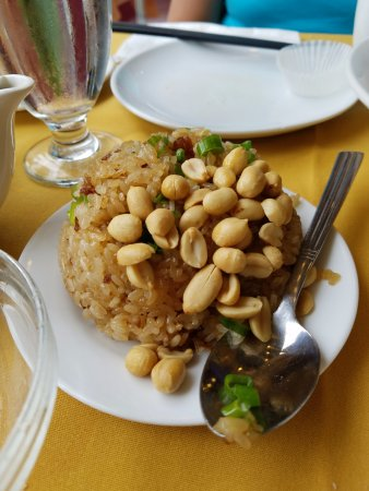 Little Neck, NY: First time I had law mei fan with peanuts on top!