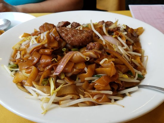 Little Neck, NY: Nice large portion-sized beef chow fun for $12.95! Yummy too!