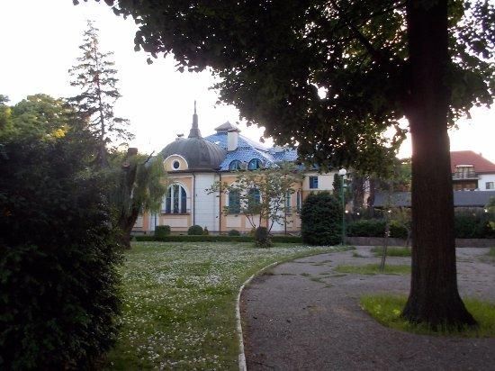 Anna-Kristina: Esta es la parte trasera del hotel, desde los jardines del Danubio