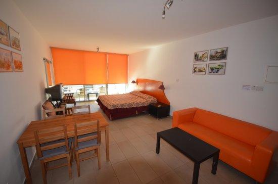 Eleonora Hotel Apartments: Очень просторный номер!