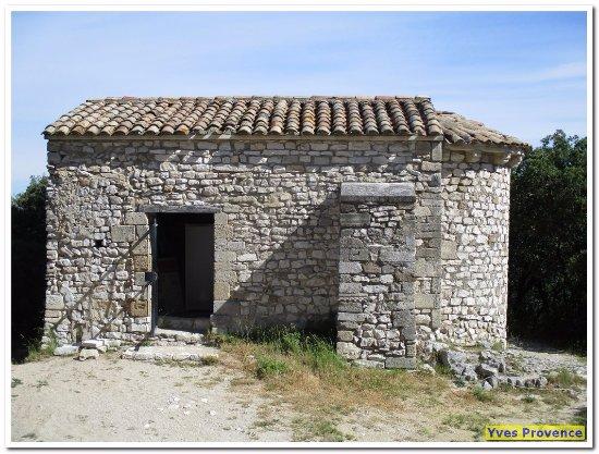 Le Thor, France: La chapelle, derrière le chateau