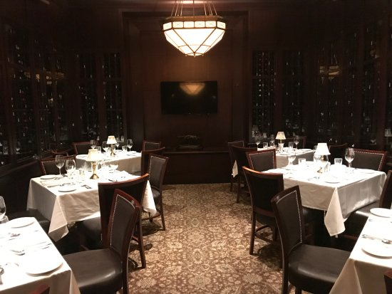 The Capital Grille: Late night departure and beautifully set
