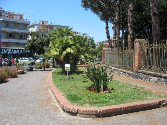 Flavian Amphitheater: Dalla strada