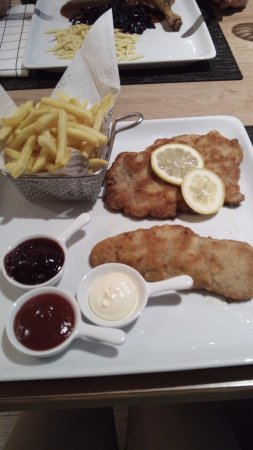 Bad Groenenbach, Tyskland: Kalbsschnitzel - Pommes - 3 Dipps