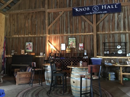 Clear Spring, MD: Knob Hall Winery barn /wine tasting (exterior), June 2017