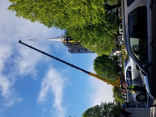 Chestnut Street Baptist Church : Removing the steeple from the Chestnut Street Babtist Church in Camden Maine for repairs.