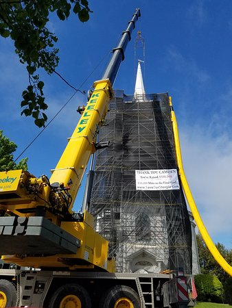 Chestnut Street Baptist Church: Removing the steeple from the Chestnut Street Babtist Church in Camden Maine for repairs.