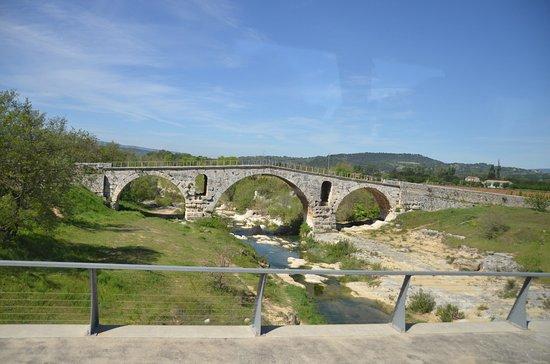 Le Pont Julien : 2000 year old Roman Bridge, still functioning.