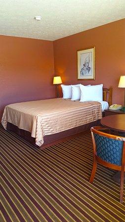 Heflin, AL: One Queen Bed
