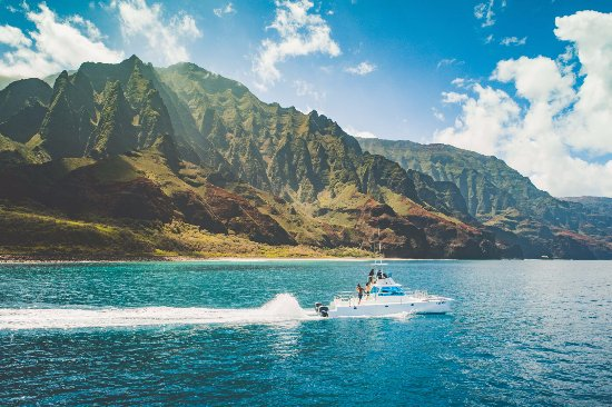 Eleele, Hawaï: Na Pali Coast on Catamaran Kahanu.  The morning tour is awesome, spectacular, majestic cliffs.