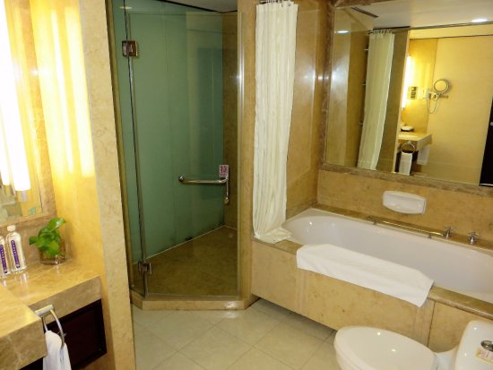 Baoding, China: Bathroom with shower cabin and bath tub