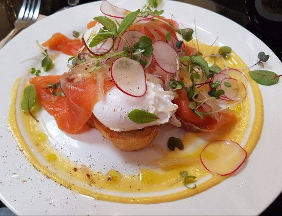 Mitcham, Australia: Poached eggs with gin cured salmon