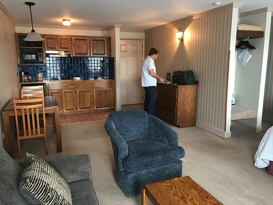 The Coachman Inn & Suites: Kitchenette and living room