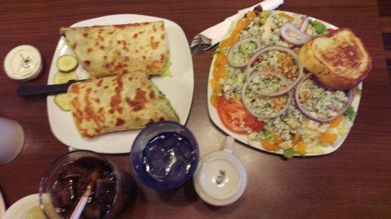 Savanna, إلينوي: chicken wrap bleu cheese salad