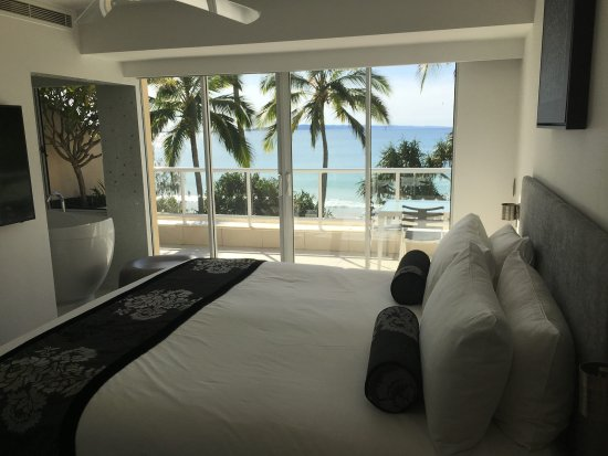 Netanya Noosa: Master bedroom leading on to modern ensuite facility