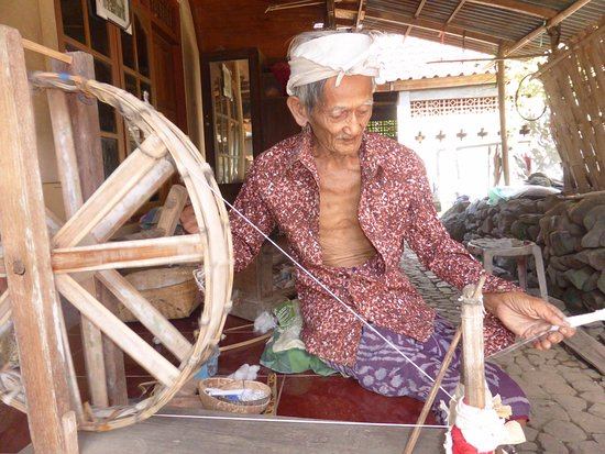เกโรโบกัน, อินโดนีเซีย: From cotton ball to finished textile. The unique textile of Tenenganen is explained in this cult
