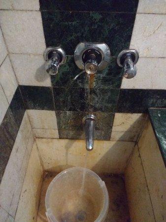 Hotel Pegasus Crown: Dirty bathroom Room # 109