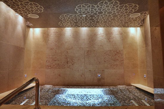The Spa at Mandarin Oriental, Macau: Jacuzzi in the changing room