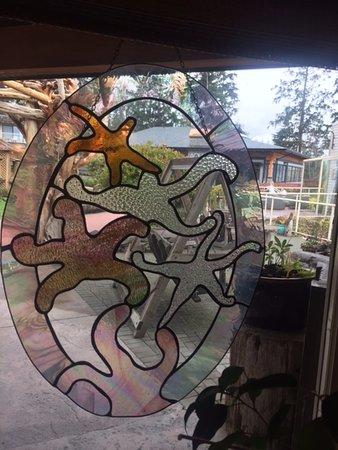 Courtenay, Καναδάς: Starfish stained glass hanging, Kingfisher Oceanside Resort and Spa, 4330 Island Hwy S, Courtena