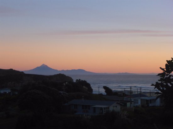 Mokau, Nueva Zelanda: Mt Egmont in the background