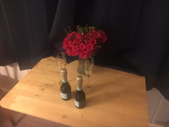 Deane's Oceanfront Lodge: welcome champagne & flowers for our special day (Thank you!)