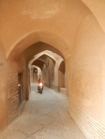 Yazd Traditional Hotel: Nearby covered alley