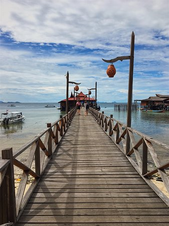 Scuba Junkie Mabul Beach Resort: Dock to SCUBA shop dock.