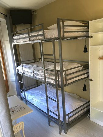 Hotel Central: Triple bunk bed room, shower and washbasin in the room, WC in corridor