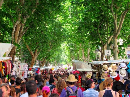 El rastro de madrid sunday flea market bild von el - Cascorro madrid rastro ...