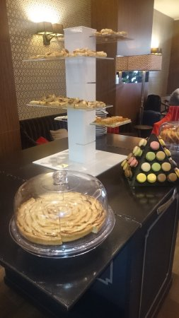 Hotel Etoile Saint-Honore by HappyCulture: Buffet with macarons and Apple tarte