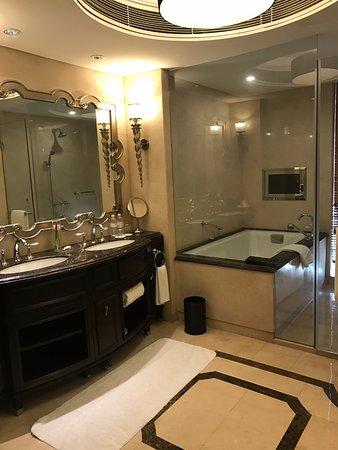 The Yangtze Boutique Shanghai: Baño estupendo con bañera (muy muy recomendable) y ducha