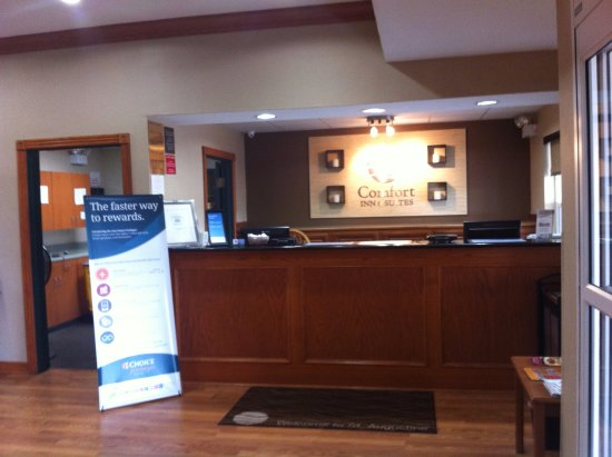 Comfort Inn & Suites: Front Desk area