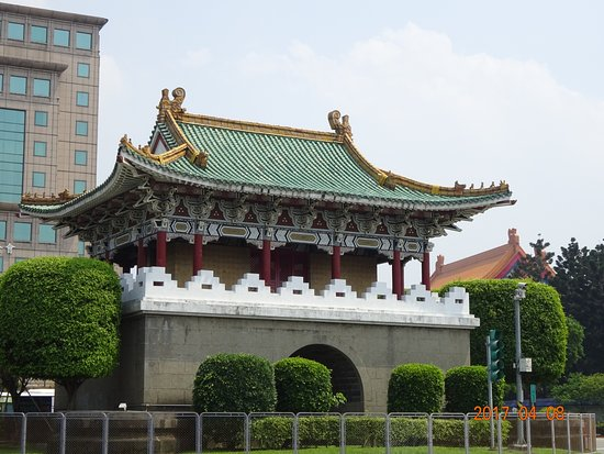 East Gate: 東門(ひがしもん)