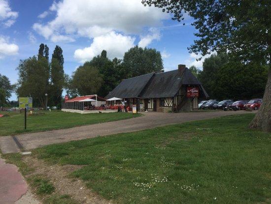 Pont-L'Eveque, France: Le lac et le bar de la base de loisirs