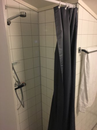 Saebo, Noorwegen: Veldig trang og upraktisk dusj-nisje i rom 703.