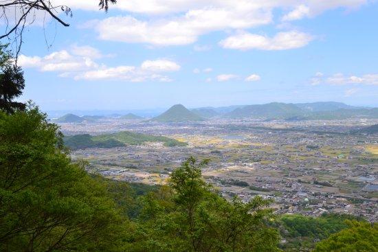 Taka-cho, Japón: 左の山の奥に瀬戸大橋