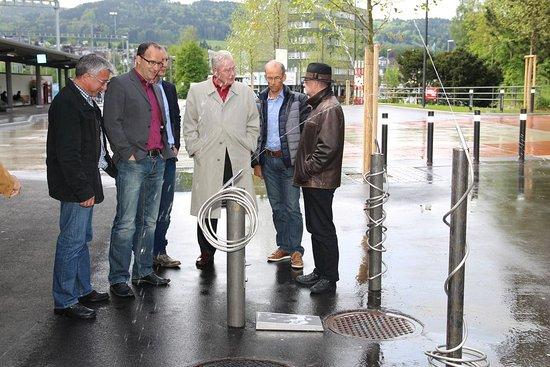 Uzwil, Suisse : Gemeinsam wurde das Kunstwerk begutachtet und darüber diskutiert.  (Bild: Franziska Werz)