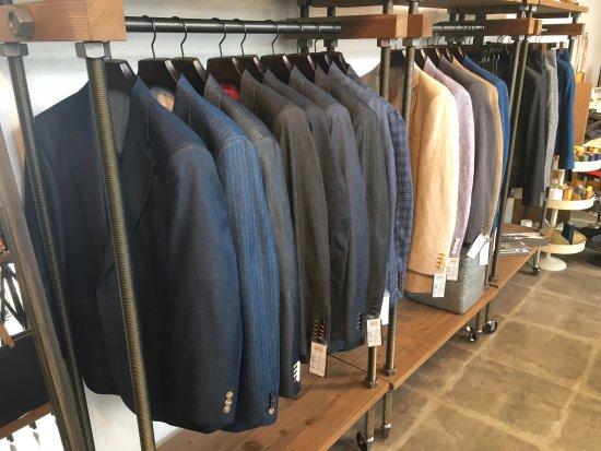 Ibara, Japón: 2017年3月20日にリニューアルした井原デニムストア。セルビッチジーンズやデニムスーツ、バッグなどが販売されています。 また、併設して、縫製体験ができるスタジオや井原デニムの歴史を知ること
