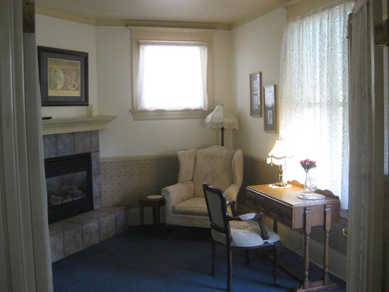 Crescent Lily Inn: sitting area with fireplace and balcony
