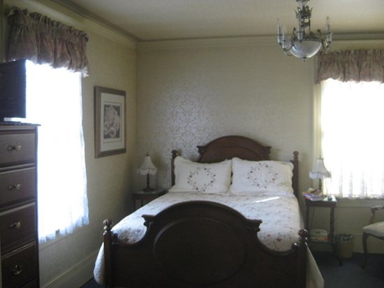 Crescent Lily Inn: queen bed with bureau and en suite